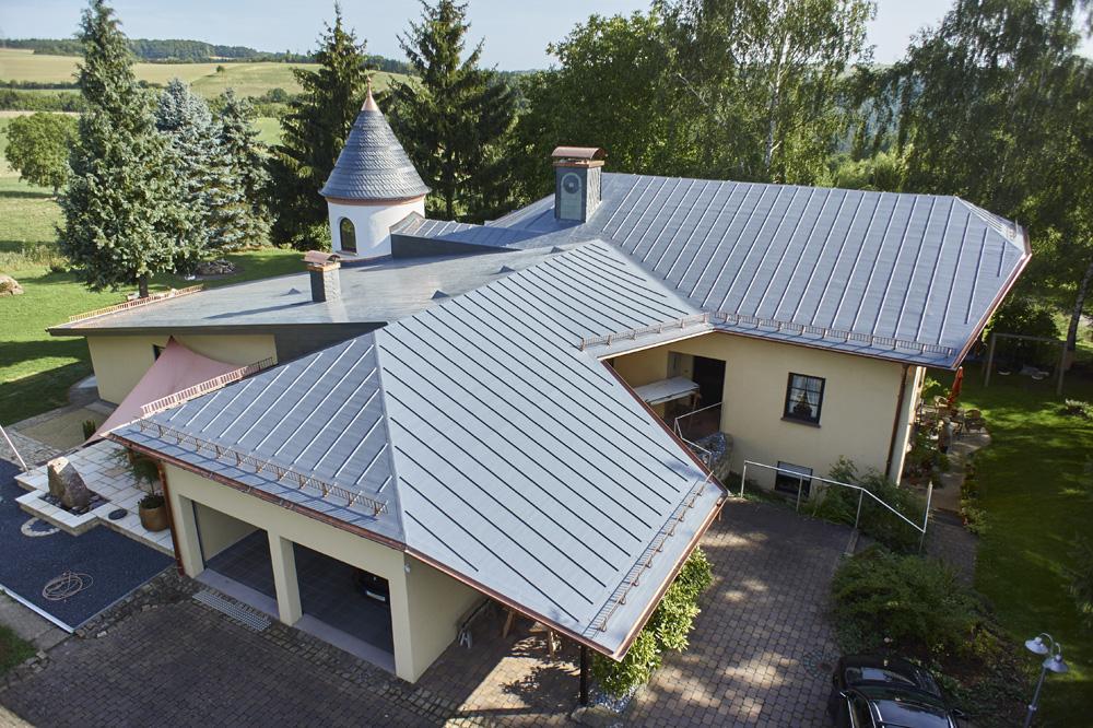 """Sanierungspreis 16 in der Kategorie Flachdach - Sanierung einer Villa mit """"spezieller"""" Geometrie – Türmchen, Kegel und Walme - Luftansicht Gesamtbild"""