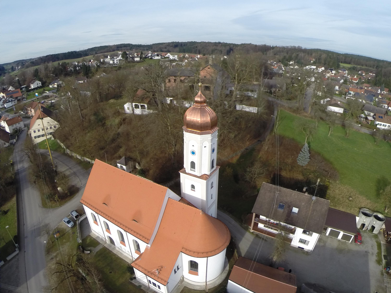 Sanierungspreis 15 in der Kategorie Steildach - Runde Sache - Kirche Obergriesbach, Luftbild nach der Sanierung